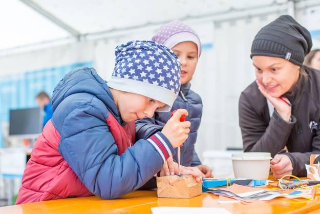 Stand der Kantonsarchäologie Aargau - die Kinder dürfen Basteln Impressionen vomKulturerbetag in Schneisingen