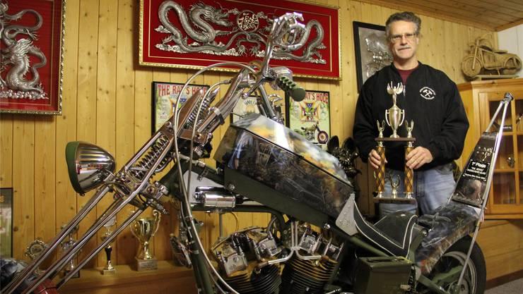 Daniel Maag mit der Sieger-Trophäe von 2005 und dem mittlerweile weltberühmten Sieger-Motorrad.
