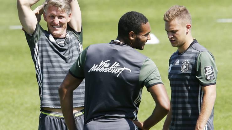 Wieder im Training und gut gelaunt: Bastian Schweinsteiger (links)
