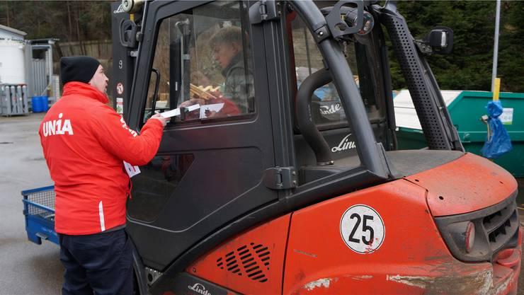 Gewerkschaftsvertreter verteilten Flugblätter bei der RCT in Balsthal. zvg