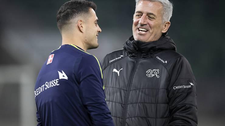 Nationaltrainer Vladimir Petkovic lacht mit Granit Xhaka: Die EM-Qualifikation ist nur noch Formsache