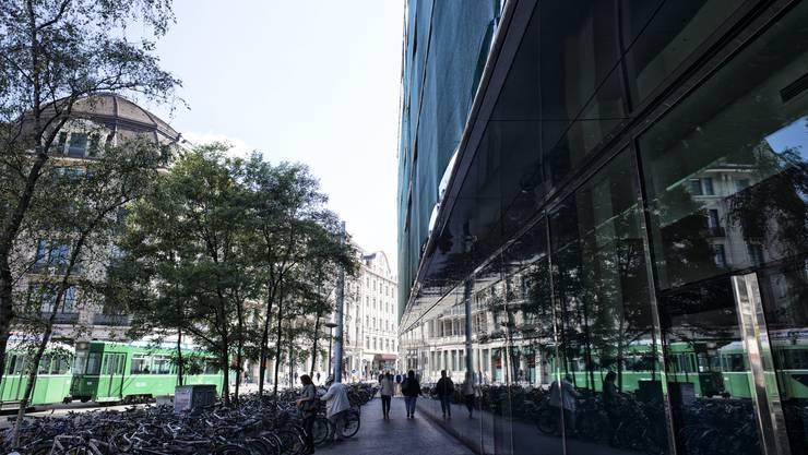 Beim Bahnhof befindet sich das Elsässertor mit der auffälligen Glasfront – es steht einem neuen Bahnhofszugang im Weg.