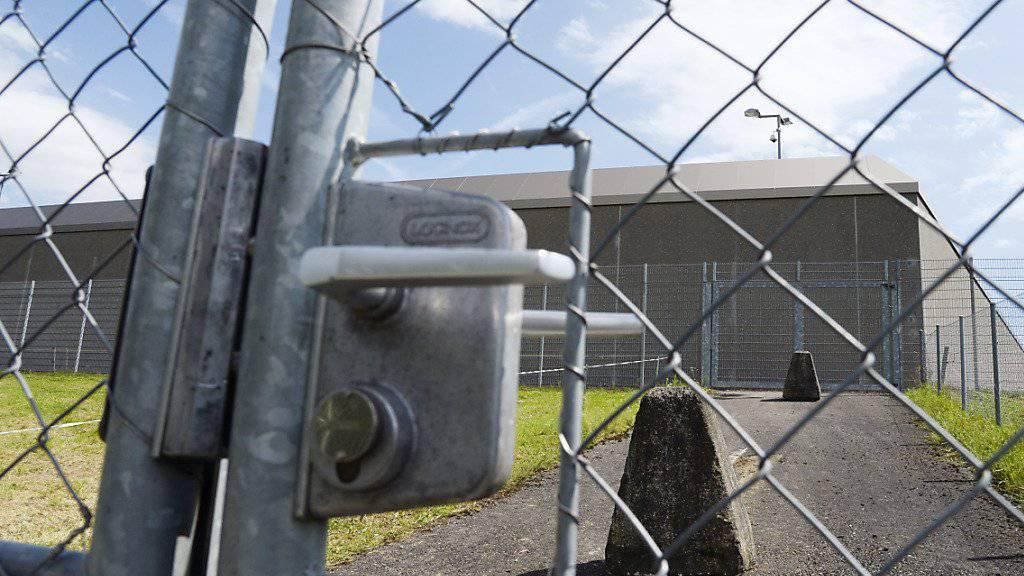 Die fürsorgerische Unterbringung (FU) des heute 23-jährigen Aargauers, der 2009 eine 17-Jährige ermordete, wird vorläufig in der Justizvollzugsanstalt Lenzburg (JVA) fortgesetzt. (Archivbild)