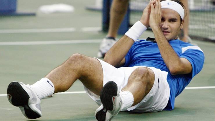 Roger Federer am Boden und doch ganz oben: Am 12. September 2004 gewinnt er erstmals das US Open.