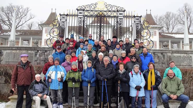 Die Wandergruppe posiert vor dem Schloss Waldegg St. Niklaus / Feldbrunnen