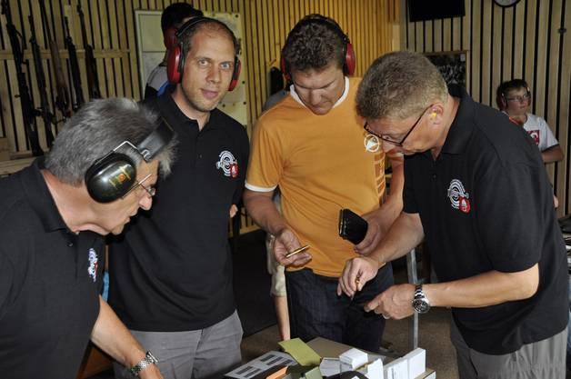 Letzte Instruktionen von Martin Sommer (Mitglied Schützengesellschaft Oberönz (ganz rechts), an die Raiffeisen-Banker Thomas Rindisbacher (zweiter von rechts) und Reto Joder (zweiter von links).