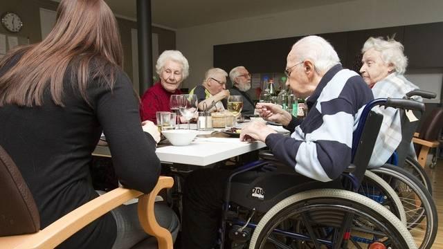 Senioren und Pflegerin in einem Altersheim in Genf