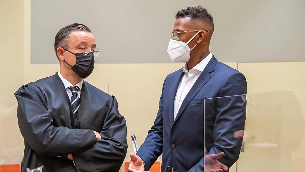 Der Fussball-Profi und ehemalige Nationalspieler Jerome Boateng (r) steht zu Beginn des Prozesses gegen ihn im Amtsgericht München mit seinen Anwalt Kai Walden zusammen.
