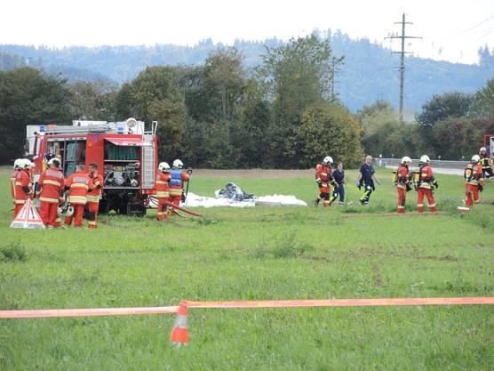 Die Feuerwehr löschte das brennende Flugzeug.