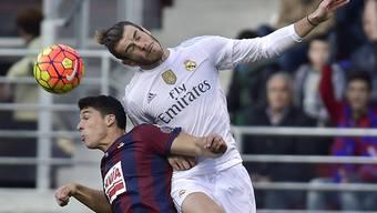 Gareth Bale (in weiss) erzielt mit dem Kopf das Führungstor für Real Madrid.