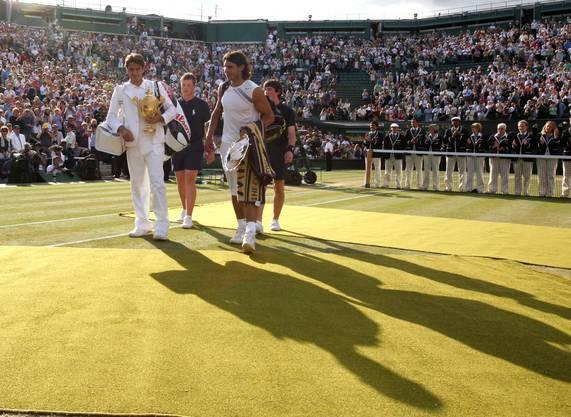 2007: Federer vs. Nadal 7:6 (9:7), 4:6, 7:6 (7:3), 2:6, 6:2 Erneut geht Roger Federer mit der Hypothek eines kurz zuvor verlorenen French-Open-Finals ins Duell mit Erzrivale Nadal. Nach einem Fünfsatz-Sieg wird er zum zweiten Spieler neben Björn Borg, der in Wimbledon fünf Mal in Folge gewinnt. Ehrfürchtig sagt er nach dem Sieg: «Rafa wird immer besser. Ich nehme jeden Titel, den ich bekomme.» Im Publikum sitzen neben Borg John McEnroe, Jimmy Connors und Boris Becker. «Daran werde ich mich immer erinnern», sagt Federer.