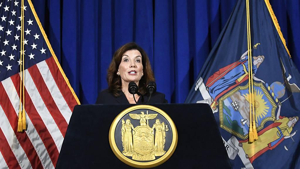 Die stellvertretende Gouverneurin von New York, Kathy Hochul, gibt eine Pressekonferenz im State Capitol in Albany.