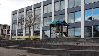 Das originelle Spielhaus genügt nicht, das Primarschulhaus muss mit einem Neubau erweitert werden. Kel