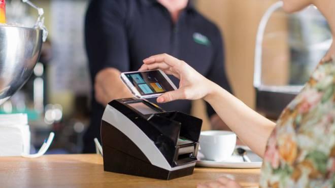 Handy hinhalten und fertig: So sollen Konsumenten neu zahlen. Foto: ho