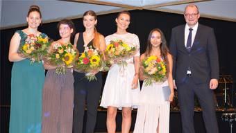 Die Preisträgerinnen im Bereich FMS, Loana Flückiger, Elina Lerch, Samira Imhof, Nadja Schwarz, Chiara Palermo, zusammen mit Konrektor Reto Stampfli.