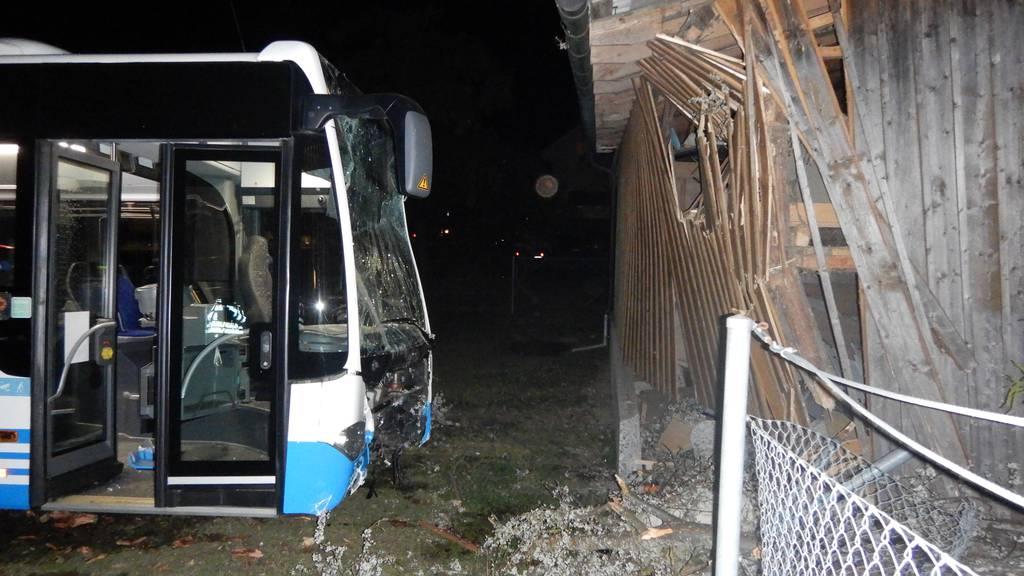 Unfall mit Bus: Chauffeur fährt in Holzschuppen