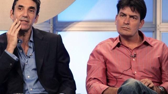 """Vor dem grossen Streit: Charlie Sheen (r.) und Chuck Lorre, Produzent von """"Two and a Half Men"""", während einer TV-Show (Archiv)"""