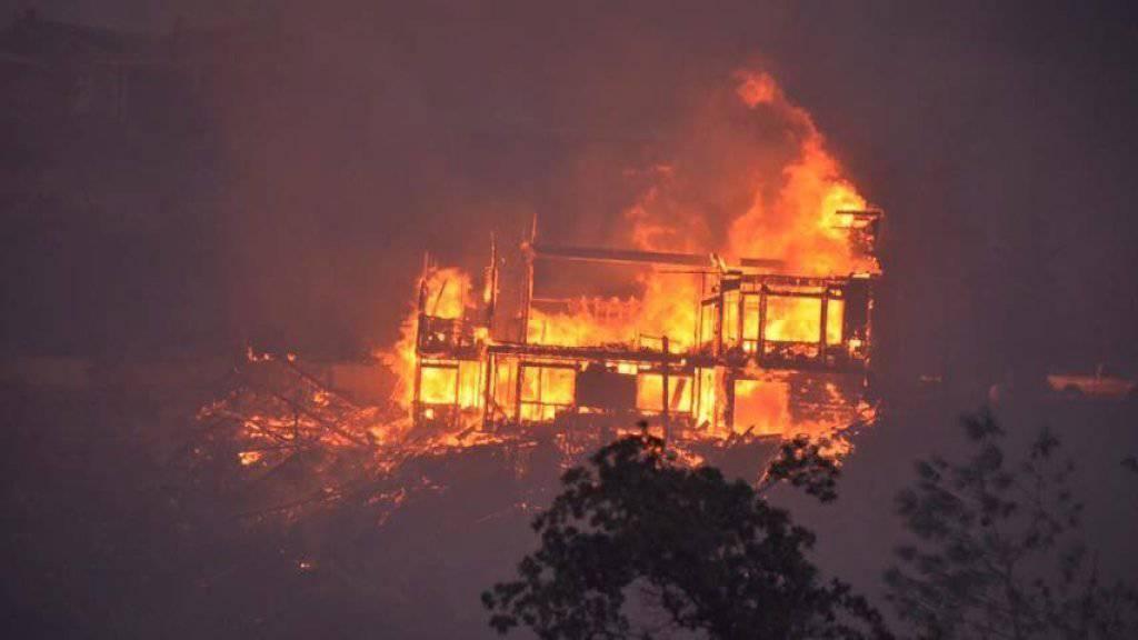 80 Häuser sind in Kalifornien in einem Waldbrand zerstört worden und 1500 weitere seien bedroht.