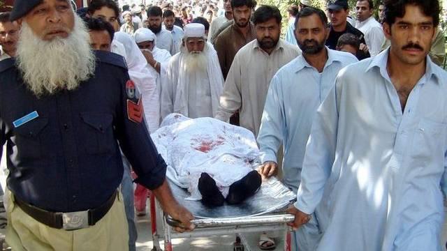 Die verletzte Malala Yousafzai wird weggetragen