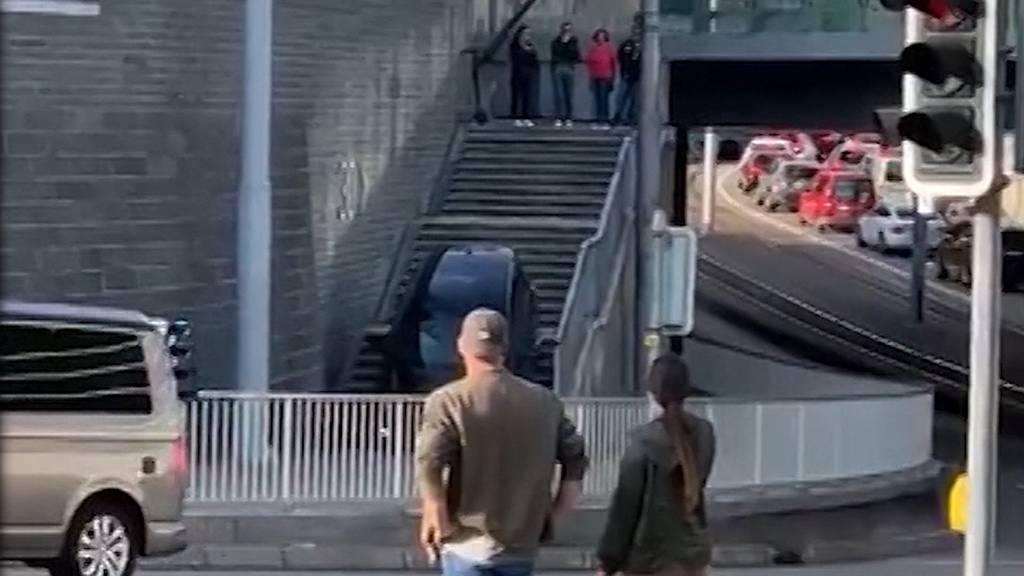 Virale Irrfahrt: Autofahrer fährt Treppe beim Sihlcity hinunter