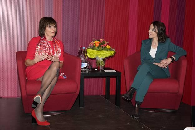 Alt Bundesrätin Ruth Metzler Arnold im Gespräch mit Mona Vetsch und über 50 Vertreterinnen der Frauenorganisationen.