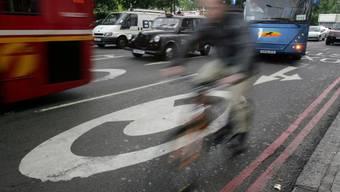 Besitzer alter Autos müssen künftig eine Gebühr zahlen, um ins Londoner Stadtzentrum fahren zu dürfen. Die neue Gebühr gilt zusätzlich zu der bereits 2003 eingeführten Stau-Abgabe. (Archivbild)