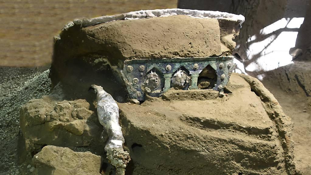 In der versunkenen Stadt Pompeji haben Archäologen einen einzigartigen Triumphwagen ausgegraben.