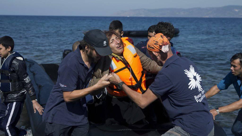 Eine Frau aus Afghanistan erreicht die griechische Insel Lesbos per Boot. 13 Menschen werden noch vermisst.