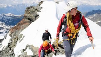 Gäste am Seil haben sie genug, aber immer weniger Junge wollen in die Stapfen der Bergführer – hier am Mont-Fort im Wallis – treten.Manuel Lopez/Keystone