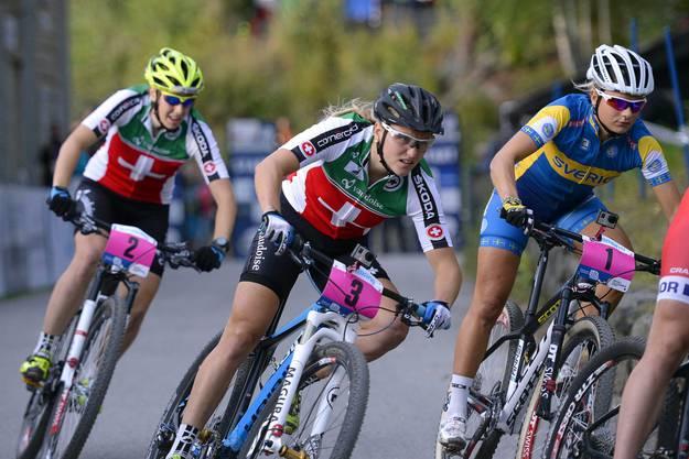 Kathrin Stirnemann biegt an dritter Stelle in die erste Steigung ein.