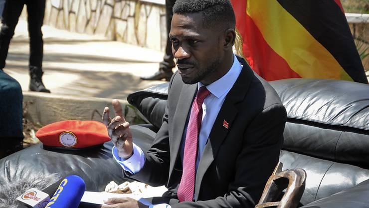 Der unter seinem Künstlernamen Bobi Wine bekannte Musiker und Parlamentarier, ist laut Polizei mehrere Stunden festgehalten worden, weil er ein von den Behörden zuvor verbotenes Konzert doch geben wollte. (Archivbild)