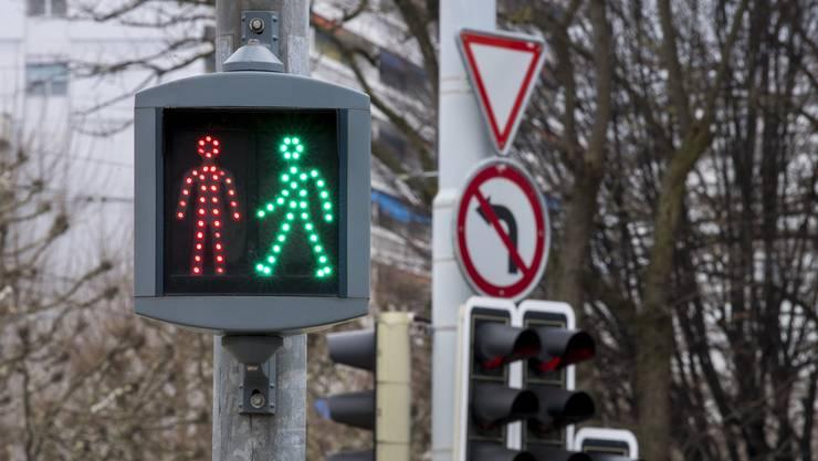 Beim Lichtsignal beim Fussgängerstreifen auf Höhe der Bachstrasse beträgt die Grünphase nun 12 Sekunden. (Symbolbild)