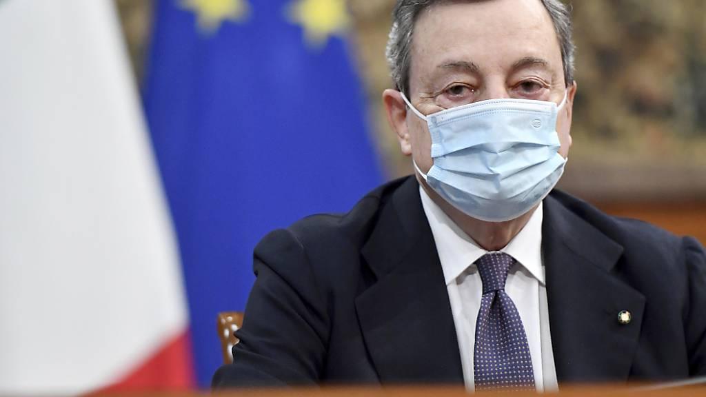 Mario Draghi, Ministerpräsident von Italien, trägt eine Gesichtsmaske, um die Ausbreitung des neuartigen Coronavirus einzudämmen, während er an einem Treffen über die Innovation der öffentlichen Arbeit und den sozialen Zusammenhalt im Chigi-Palast teilnimmt. Foto: Ettore Ferrari/ANSA Pool/AP/dpa