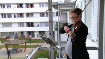 Auf ihrem Balkon spielt Isabel Kriszun täglich auf ihrer Geige. Die Nachbarn in der Genossenschaftssiedlung sind entzückt. Isabels Konzert lässt sie zusammenkommen und wärmt die Herzen.