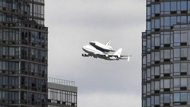 """Die """"Enterprise"""" auf einer Boeing 747 über dem Hudson River in New York"""