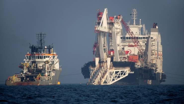 Das Verlegeschiff «Nord Stream 2» (r.) vor der Insel Rügen.