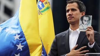 Die Hoffnung für Venezuelas Opposition: Der selbst erklärte Interims-Präsident Juan Guaidó mit der Verfassung.
