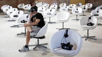 Ernüchtert: Die VR-Brille ermöglicht nicht den Blick in die Zukunft, sondern versperrt den Blick auf die Realität.Alessandro Bianchi/Reuters