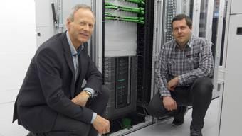 GAG-Chef Kurt M. Hohler (links) und Christoph Spahni, Leiter Technik, vor dem neuen Computer. zvg