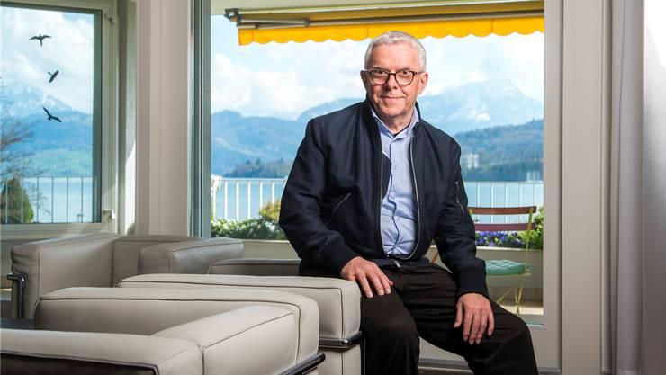 Hans-Peter Strebel in seiner direkt am Vierwaldstättersee gelegenen Wohnung in der Luzerner Innenstadt – wunderbares Panorama inklusive.