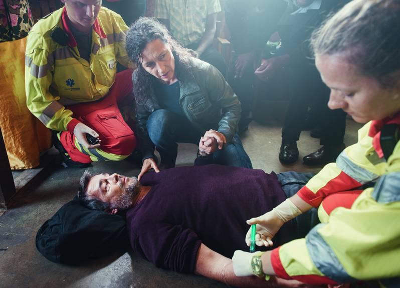 Reto Flückiger (Stefan Gubser) bricht im aktuellen Tatort zusammen. Liz Ritschard (Delia Mayer, Mitte) ist besorgt.