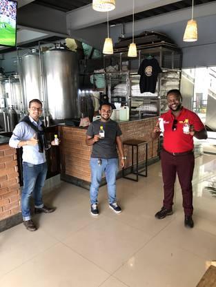 Raphael Flury mit Kunden im BrewPub