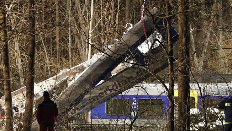 Elf Menschen starben bei der Kollision von zwei Zügen bei Bad Aibling. Die Staatsanwaltschaft geht davon aus, dass ein Fehler des Fahrdienstleiters zum Zugunglück geführt hatte.
