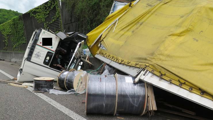 Glück im Unglück hatte der Chauffeur eines Sattelschleppers bei einem spektakulären Selbstunfall am späten Montag Nachmittag.