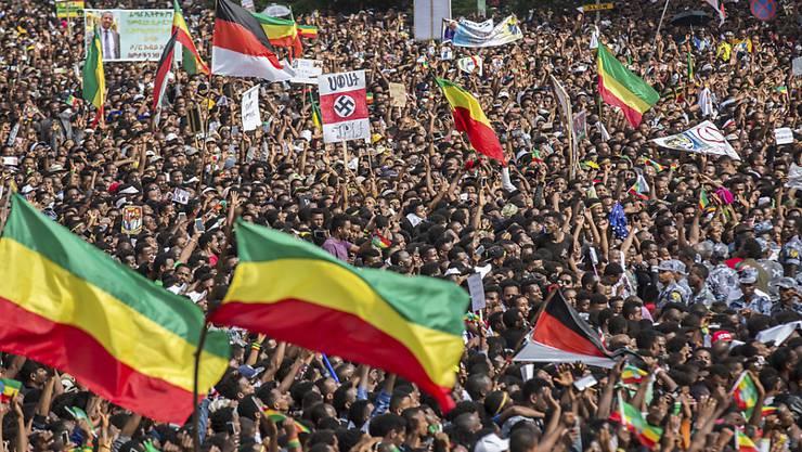 Nach der Detonation kam es unter den zehntausenden Teilnehmern zu panikartigen Szenen,.