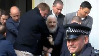 Hier wird Julian Assange bei der Verhaftung aus der Botschaft von Ecuador gezerrt.