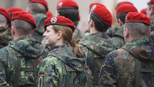 Auch Frauen können sich für den freiwilligen Wehrdienst bei der deutschen Armee melden (Symbolbild)