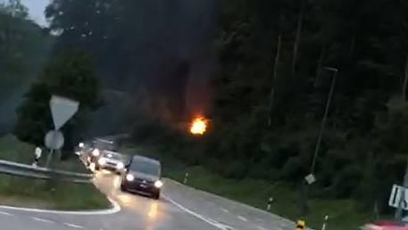 Bei Küttigen geriet ein Auto in Vollbrand.