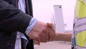 Der Händedruck soll an den Baselbieter Schulen zwar eingefordert werden, doch auf eine gesetzliche Pflicht verzichtet die Regierung.