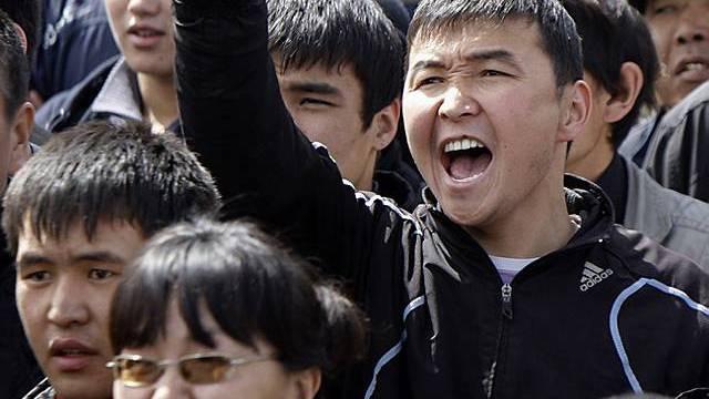Protestierende Kirgisen auf dem Hauptplatz in Bischkek
